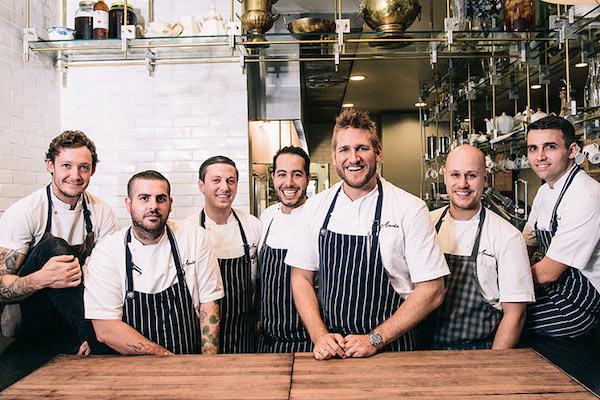 موظفون سعداء في العمل وفي المطعم