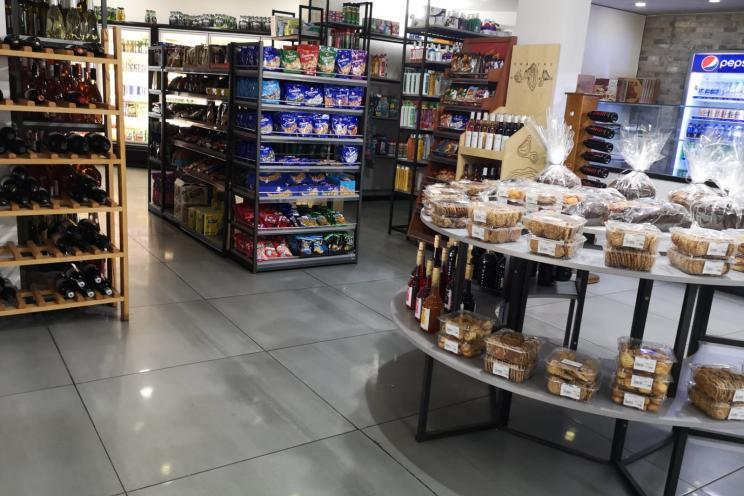 صورة لمقهى المخبز اليومي يعرض الجبن وثلاجة اللحمة المقددة