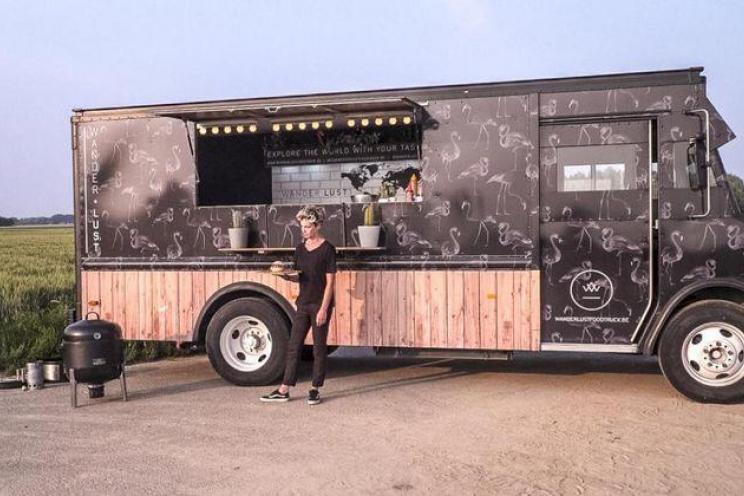 عربة طعام متنقلة في وسط المدينة