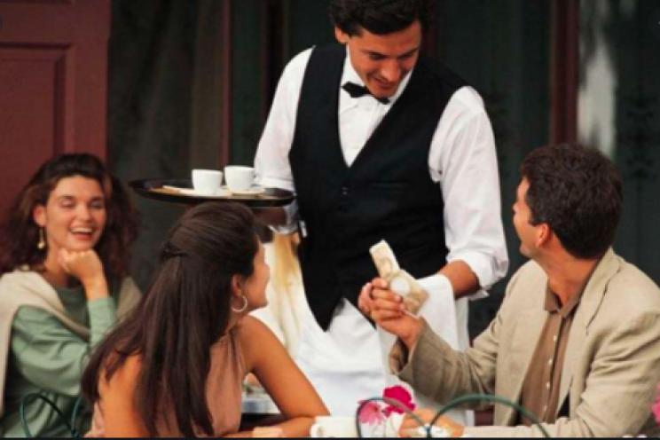 زبائن سعداء في مطعم يتحدثون مع النادل